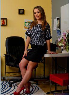 Горячая красавица продемонстрировала анальную дырку на рабочем месте - фото #1