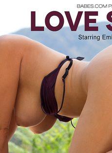 Восхитительная девушка с шикарной грудью позирует на свежем воздухе - фото #10