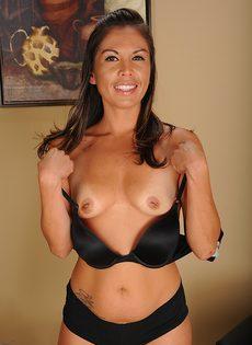 Латинская зрелая женщина не постеснялась продемонстрировать дырки - фото #7