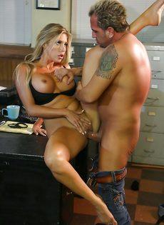 Восхитительную блондинку оприходовали в офисе на столе - фото #7