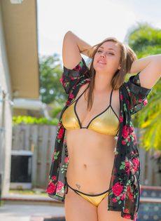 Аппетитная девушка в купальнике позирует на заднем дворе возле бассейна - фото #2