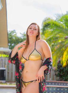 Аппетитная девушка в купальнике позирует на заднем дворе возле бассейна - фото #3