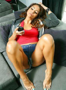 Горячая латиноамериканская красотка потрогала пизду и возбудилась - фото #6