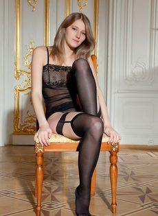 Начинающая молоденькая модель в сексуальных черных чулках - фото #3