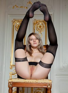 Начинающая молоденькая модель в сексуальных черных чулках - фото #11