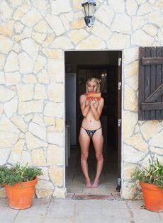 Худенькая блондинка без нижнего белья курит сигарету - фото #10