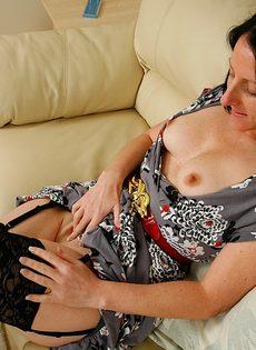 Брюнетка в возрасте становится раком и крутит аппетитной попой - фото #1