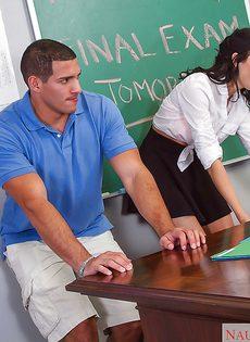 Студенты и преподавательница устроили страстный секс в аудитории - фото #1