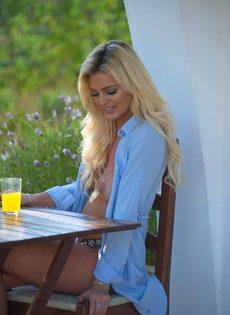 Красивая блондинка засветила упругие сиськи с торчащими сосками - фото #4