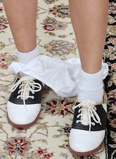 Сучка в белых носках лежит на полу и трогает узенькую киску - фото #3