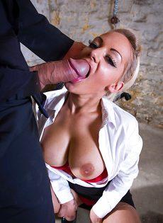 Сногсшибательная секретарша с удовольствием берет в рот член босса - фото #8