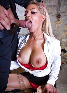 Сногсшибательная секретарша с удовольствием берет в рот член босса - фото #10