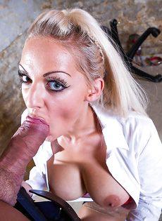Сногсшибательная секретарша с удовольствием берет в рот член босса - фото #14