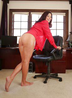Взрослая женщина с натуральными сиськами раздвигает ножки - фото #4