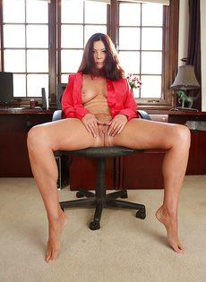 Взрослая женщина с натуральными сиськами раздвигает ножки - фото #10