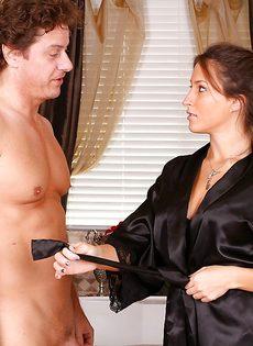 Молодая сучка делает приятный нуру массаж зрелому мужичку - фото #2