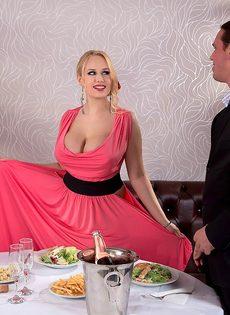 Трахнул блондинку с пышными сиськами прямо в ресторане - фото #1