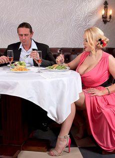 Трахнул блондинку с пышными сиськами прямо в ресторане - фото #2