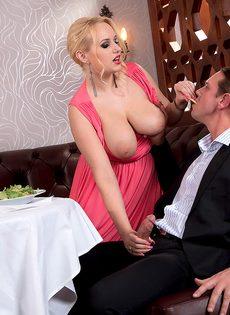 Трахнул блондинку с пышными сиськами прямо в ресторане - фото #5