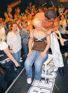 Стриптизеры развлекают молоденьких развратниц на вечеринке - фото #9