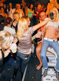 Стриптизеры развлекают молоденьких развратниц на вечеринке - фото #14