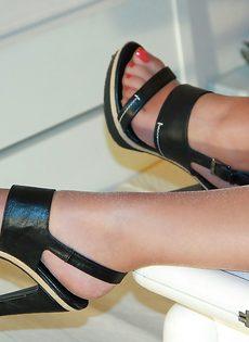 Молодушка сняла обувь и продемонстрировала стройные ножки - фото #6