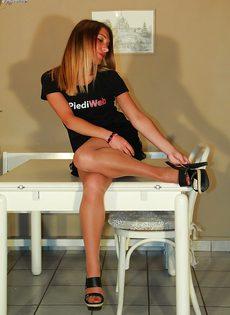 Молодушка сняла обувь и продемонстрировала стройные ножки - фото #9