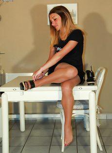 Молодушка сняла обувь и продемонстрировала стройные ножки - фото #11
