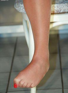 Молодушка сняла обувь и продемонстрировала стройные ножки - фото #15