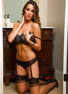 Сладострастная потаскушка в сексуальном нижнем белье и в красивых чулках - фото #8