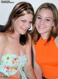 Две девушки облизывают соски - фото #4