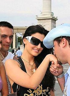 Туристы познакомились с местным шлюхами - фото #1