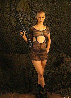 Коротко стриженная мастурбаторша с оружием - фото #3