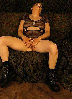 Коротко стриженная мастурбаторша с оружием - фото #10