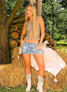 Сексуальная блондинка эротично обнажает молодое тело - фото #1