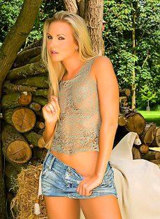 Сексуальная блондинка эротично обнажает молодое тело - фото #4