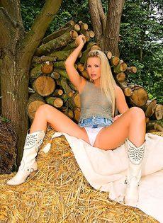 Сексуальная блондинка эротично обнажает молодое тело - фото #6