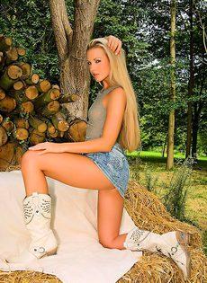 Сексуальная блондинка эротично обнажает молодое тело - фото #9