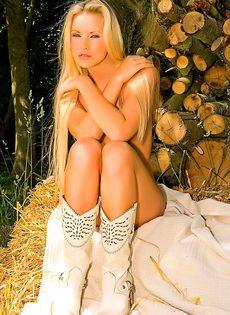 Сексуальная блондинка эротично обнажает молодое тело - фото #20