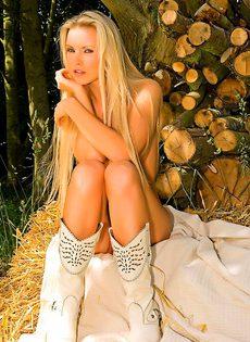Сексуальная блондинка эротично обнажает молодое тело - фото #21