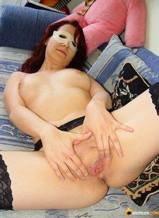 Девушка в маске и в чулках устроила домашнюю фото сессию - фото #14