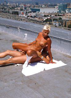 Анальный секс на крыше - фото #11