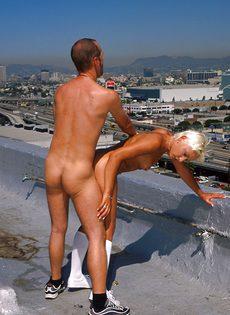 Анальный секс на крыше - фото #78