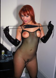 Горячая, рыжеволосая сучка в сексуальном белье обожает трахаться - фото #1