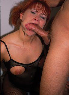 Горячая, рыжеволосая сучка в сексуальном белье обожает трахаться - фото #7