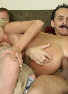 Блондинку трахают сразу в два члена, заставляя её сосать и пробовать сперму - фото #7