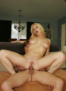 Блонда устроила близкое знакомство с соседом - фото #4