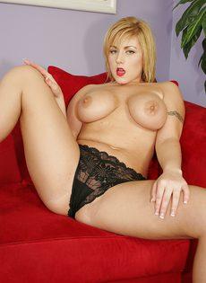 Сисястая давалка кончила несколько раз во время секса с негром - фото #1