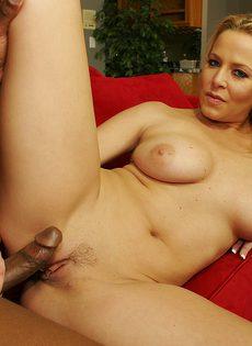 Давалка высунула язык и ждет, пока негр выстрелит в неё горячей спермой - фото #3