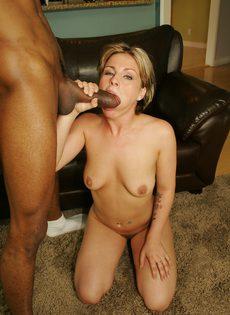 Опытная женщина яростно надрачивает и сосет толстый член негра - фото #3